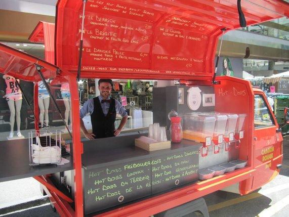 camion rouge des hot dogs fribourgeois la libert. Black Bedroom Furniture Sets. Home Design Ideas
