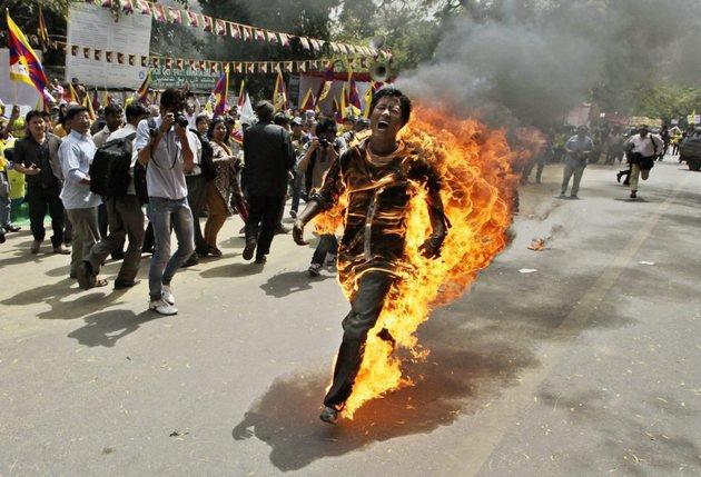 Malgré les appels du Dalaï lama aux Tibétains à «ne pas sacrifier leurs précieuses vies», les immolations en protestation à l'occupation du Tibet se poursuivent. © Keystone (photo prise le 26 mars 2012 à New Delhi)